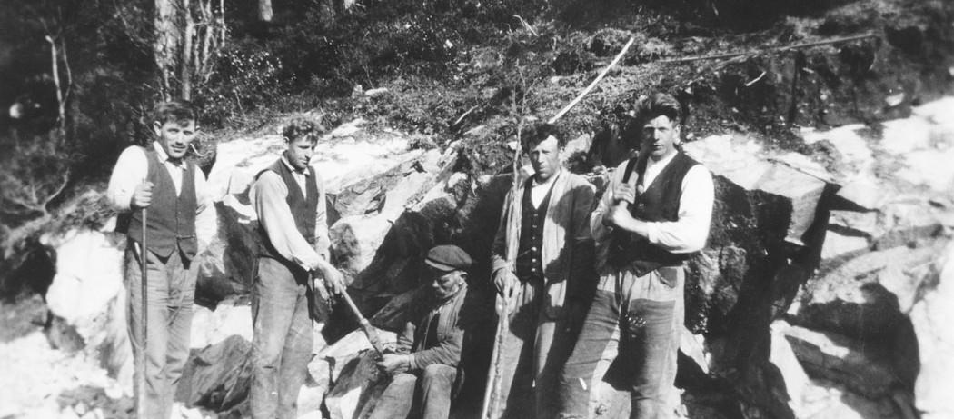 Vegarbeid ved Fjelland – Sæbøvik, ca 1930. Frå venstre: Petter Hillestad, Gunnar Matre, Johannes Hillestad, ukjend, Rudolf Hillestad. Lånt av Dagfinn Eide