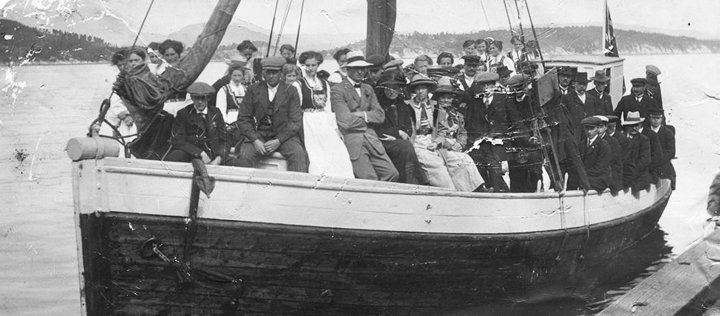 Ankomst til Ungdomsstemne i Uskedalen 6. juli 1913. Sigfus Mehl midt på biletet i kvit hatt, til høgre for han i svart hatt, Britha Knutsdotter Skaaluren. Dei vart gifte året etter i 1914. Fotograf A. Røvde