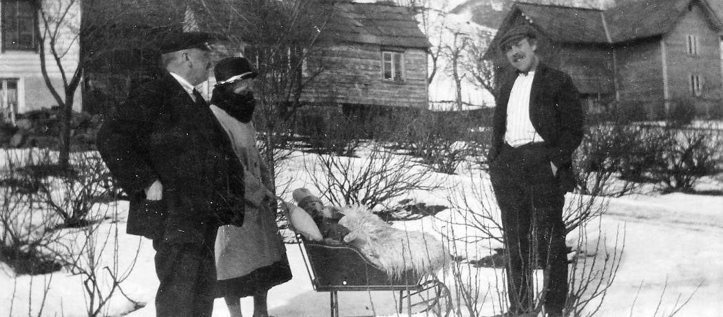 Fint å få vera liten i slede på Tråvik - Ølve ca 1920-18.