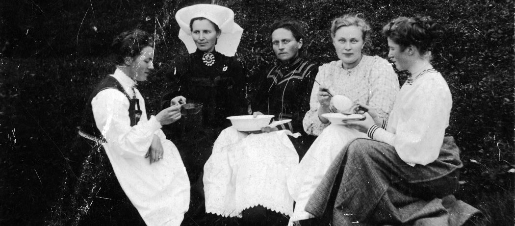 Bryllup på Seim hos Skomaker J. Seim og Marie. Fra høgre Bertha Helland, Sara Skeie, Ingeborg Skeie, Olina Stuland, Britha Skaaluren. ca 1910