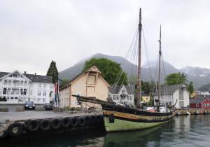 Gurine heim i Rosendal att, juni 2011. Foto Bjarne Øymyr