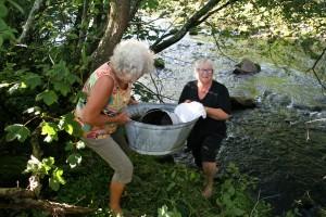 Helga og Else tilbake på den gamle vaskeplassen ved brua mellom Fet og Lund