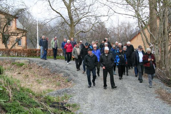 I flokk og fylgje på veg mot varvaplassen i Gurinefjæro. Foto: O. Haugabakk
