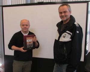 Forfattaren Per Helge Martinsen og Trond Ramsøy frå krigshistorisk gruppe i sogelaget.