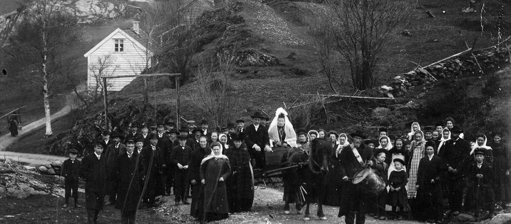 Bryllupet til Hans og Marta Vikane, f. Stensletten,. Vikane i Ølve, 1910. Heilt i venstre billedkant: Porsa-Marto med vassele og vassbera. I framkant : Krik-Injelen som tambur med tromma.