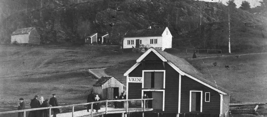 Reisande på land frå dampskipet i Vikane i Ølve, 1908.