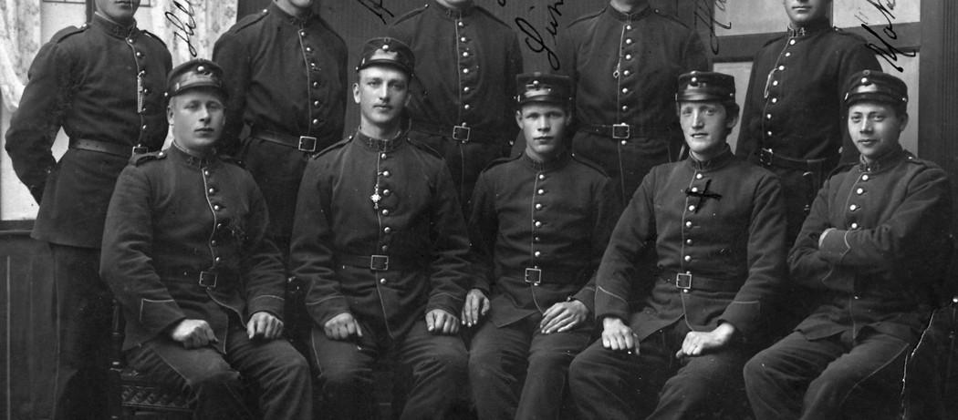 Eksisen på Voss, 1913. Bak frå venstre: Røssland, Lea, Haugland, Vikene, Presthus.  Framme frå venstre : Helland. Aarsand, Sunde, Haugland, Møklebust.
