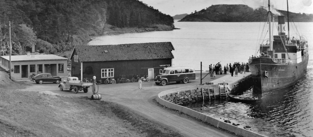 M/S Vikingen til kai i Vikane i Ølve, ca 1955. Personbilen er ein Popeda, eigar Tor Lønning.