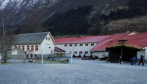 Omvikdalen skule. Frå venstre gamleskulen(1903), skulebygget frå 1965, gymsalen (1975)
