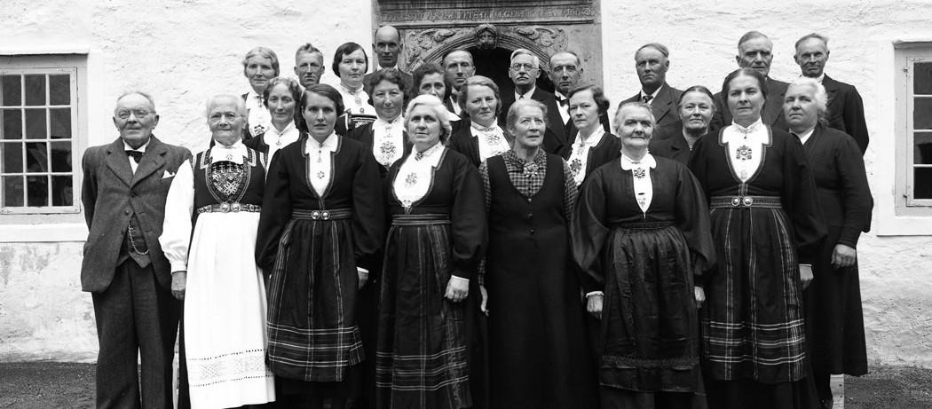 Rosendal songkor i anledning jubileumskonsert i Borggarden på Baroniet i juni 1944. Dei fleste eldre medlemmar av Rosendal songkor. 1. rekkje frå venstre: dirigent Johs. L. Ness, Magnhild Ness, MArtha Skeie, Martha Skaale, Britha Eik, Ingeborg Vang, Borghild Skaaluren. 2. rekkje: Gerda Seglem, Rakel Storækre, Ellinor Omvik, Barbra Mehl, Magnhild Nygaard, Britha Mehl, Ingeborg Nilsen. 3. rekkje: Meta Storækre, Edvard Skeie, Inga Nes, Bernt Nes, Olai Areklett, Andreas Røvde, Ola A. Seglem, Tørris Skaaluren, Sigfus Mehl, Ola Skeie.