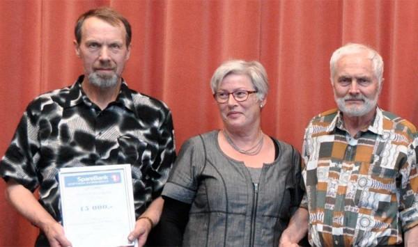 Frå venstre, Cort Holtermann, Kari Fedt Haugsbakk og leiar i sogelaget Halvor Medhus.